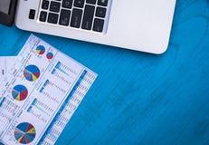 Invirtiendo finanzas de motivación presupueste el concepto con las cartas y los gráficos y calculadora en el tablero de madera foto de archivo libre de regalías