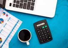 Invirtiendo finanzas de motivación presupueste el concepto con las cartas y los gráficos y calculadora en el tablero de madera foto de archivo