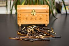 Invisibles hairpinsnear zamknięty pudełko na stole w hairdre zdjęcia stock