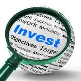 Invista o dinheiro posto mostras da definição da lente de aumento no estado real ou no Inv Imagens de Stock Royalty Free