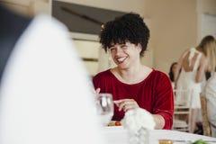 Invités appréciant le repas à un mariage Images libres de droits
