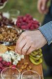 Invités au mariage mangeant du fromage et du fruit Photo libre de droits
