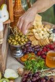 Invités au mariage mangeant du fromage et du fruit Images stock