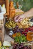 Invités au mariage mangeant du fromage et du fruit Photos stock