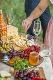 Invités au mariage mangeant du fromage et du fruit Image libre de droits