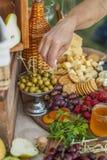 Invités au mariage mangeant du fromage et du fruit Photos libres de droits