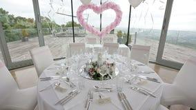 Invités de FOF setted par Tableau Hall de luxe de mariage décoré des ballons et des fleurs roses banque de vidéos