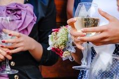 Invités de mariage tenant des verres de plan rapproché de vin Image libre de droits