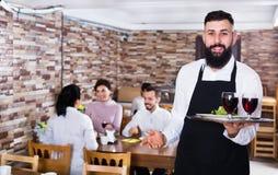 Invités de restaurant de portion de serveur Photo libre de droits