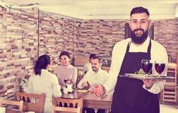 Invités de restaurant de portion de serveur Image stock