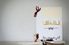 Invitación de boda blanca con las cintas y lugar para el texto Foto de archivo