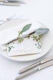 Invitación de boda en la tabla foto de archivo libre de regalías