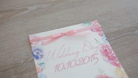 Invitación de boda hermosa en la silla almacen de video