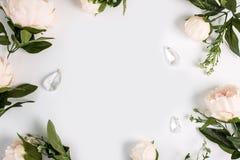 Invitación de la boda o fondo del día del ` s de la madre, espacio vacío rodeado con las flores, peonías de la visión superior Foto de archivo