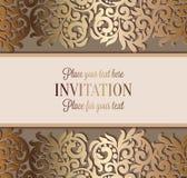 Invitación de lujo antigua de la boda, oro en beige Imagen de archivo libre de regalías