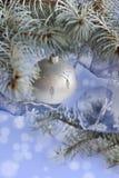 Invitación del Año Nuevo Bola de la Navidad Imágenes de archivo libres de regalías