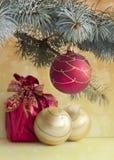 Invitación del Año Nuevo Bolas de la Navidad Imagen de archivo