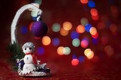 Invitación del Año Nuevo Imagen de la Navidad con un árbol de navidad y un muñeco de nieve Fondo de Bokeh Foto de archivo libre de regalías