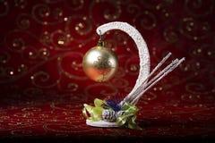 Invitación del Año Nuevo Imagen de la Navidad con un juguete del árbol de navidad en un fondo rojo Foto de archivo