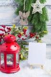 Invitación del Año Nuevo Palmatoria y árbol de navidad rojos de la puntilla El tema del Año Nuevo y de la Navidad Imagenes de archivo