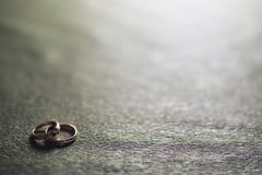 Invitación del fondo del anillo de bodas Fotos de archivo libres de regalías