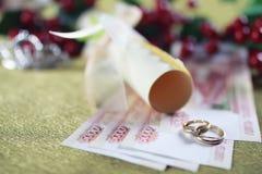 Invitación del fondo del anillo de bodas Imagenes de archivo