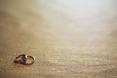 Invitación del fondo del anillo de bodas Foto de archivo