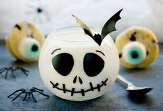 Invitación deliciosa de Halloween para el postre - jalea de leche y cupc de los ojos Fotografía de archivo libre de regalías