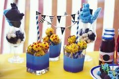 Invitación dulce en la tabla Torta-estallido, bebidas para el bebé Partido del pirata en un día de verano fotos de archivo