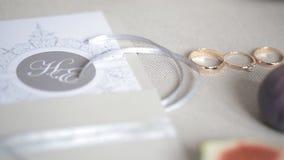 Invitación hermosa de la boda, anillos, cintas, atmósfera de la celebración almacen de metraje de vídeo