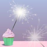 Invitación a la fiesta de cumpleaños con una magdalena, bengalas Fotos de archivo libres de regalías