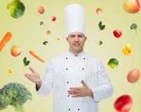 Invitación masculina feliz del cocinero del cocinero Imagen de archivo