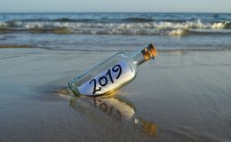 Invitación para un partido al final del año 2019 en la playa fotografía de archivo