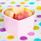 Invitación sana amistosa del niño del día de tarjetas del día de San Valentín con la fruta en forma de corazón Foto de archivo libre de regalías