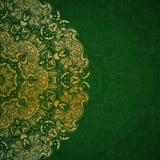 Invitación verde con la mandala del oro Fotos de archivo libres de regalías