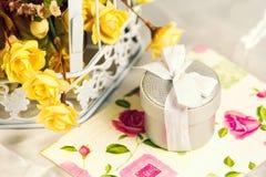 Invitación y flores de la boda Invitación de la boda, caja de regalo y flores Fotografía de archivo