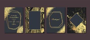 Invitaci?n de la boda del oro con las hojas tropicales Tarjetas de la invitaci?n que se casan con la textura de m?rmol del oro y  imagen de archivo libre de regalías