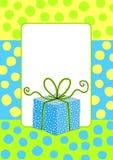 Invitación de la tarjeta de cumpleaños con una caja de regalo Imágenes de archivo libres de regalías