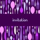 Invitación del modelo de la cuchillería. Fondo violeta Imagenes de archivo