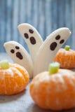 Invitaciones de Halloween de la fruta Fantasmas y Clementine Orange Pumpkins del plátano Imagen de archivo libre de regalías