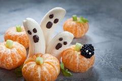 Invitaciones de Halloween de la fruta Fantasmas y Clementine Orange Pumpkins del plátano Fotos de archivo libres de regalías