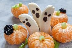 Invitaciones de Halloween de la fruta Fantasmas y Clementine Orange Pumpkins del plátano Foto de archivo libre de regalías