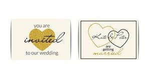 Invitaciones de la boda con los corazones del brillo del oro Fotos de archivo