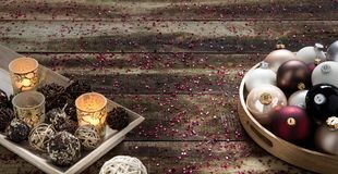 Invitando per le feste di Natale di un paese con le bagattelle ed i lumi di candela Fotografia Stock