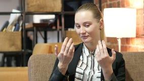 Invitant, geste d'invitation par la femme d'affaires clips vidéos