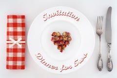 Invitation au dîner pour deux Arrangement de Tableau avec le coeur des roses Photographie stock libre de droits
