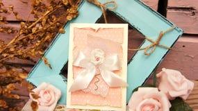 Invitation avec les roses roses photo libre de droits