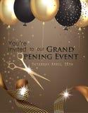 Invitation d'ouverture officielle avec le ruban bouclé, les ciseaux et l'or et les ballons à air noirs Image libre de droits