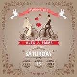 Invitation de mariage avec la jeune mariée, marié, rétro bicyclette, cadre floral Photographie stock libre de droits