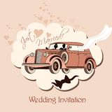 Invitation de mariage avec la rétro voiture, jeunes mariés juste mariés Photo libre de droits